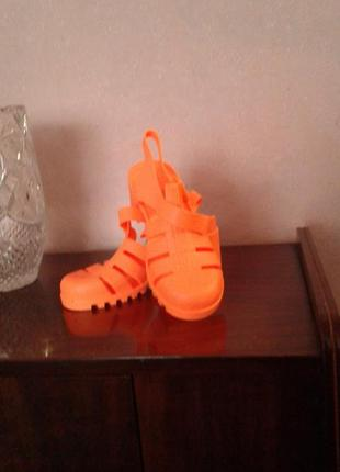 Силиконовые ярко-оранжевые босоножки, 6 евр..