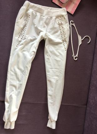 Белоснежные спортивные штанишки с заклепками в идеале