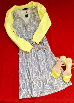 Базовое платье на запах со змеиным принтом