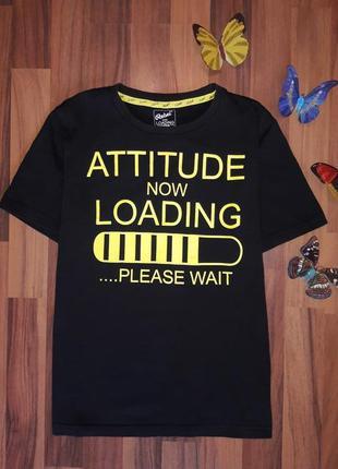 Стильная черная футболка.