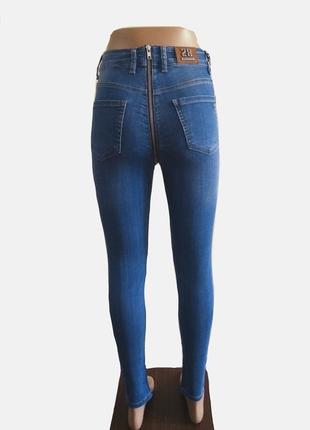 Синие джинсы с молнией сзади
