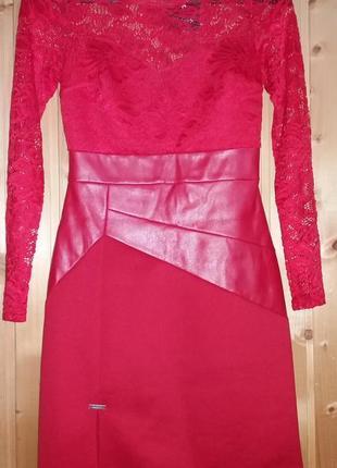 Гарна червона сукня із вставками