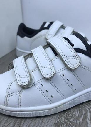 Крутые белоснежные кроссовки