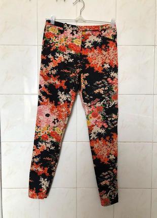 Классические брюки в цветочный принт zara