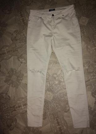 Белые джинсы с высокой посадкой скинни с дырками на коленях