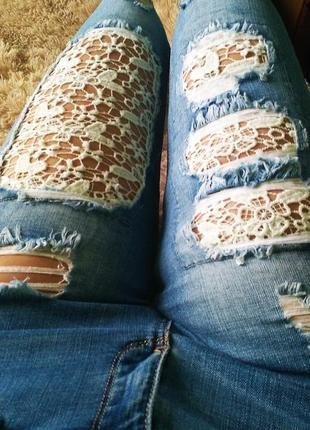 Красивые рваные джинсы скини с кружевом