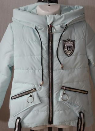 Демисизонная курточка парка с капюшоном оригинального дизайна