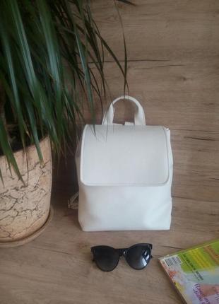 Трендовой рюкзак белого цвета
