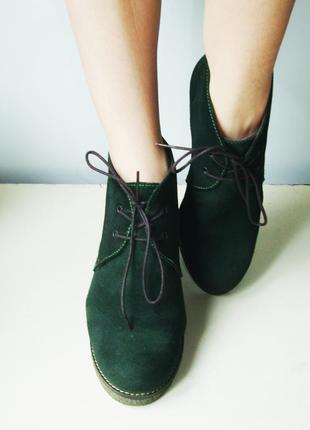 Стильные изумрудные замшевые ботинки на широком каблуке италия