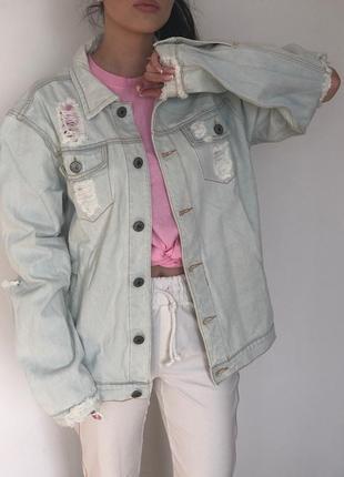 Светлая джинсовая куртка с рваными локтями и надписью на спине pablo (джинсовка)
