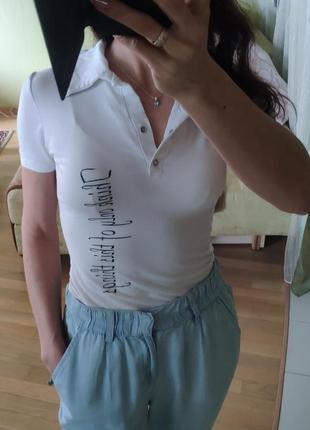 Белая летняя футболка пото с надписью на кнопках базовая