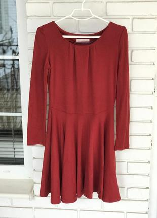 Стильное и красивое платье бордового цвета