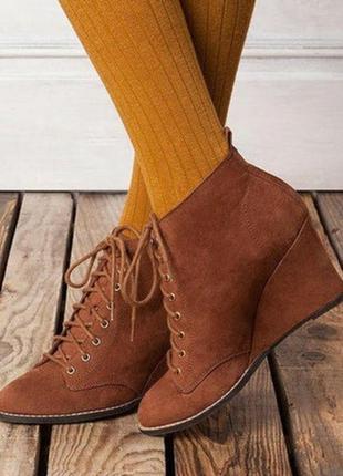 Демисезонные женские коричневые ботинки на танкетке на шнурках