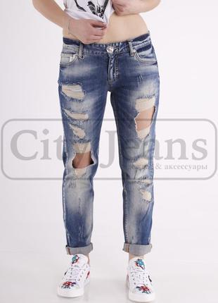 Фирменные джинсы a.m.n. с дырками.