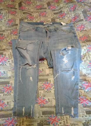 Стильні драні джинси з необробленим низом