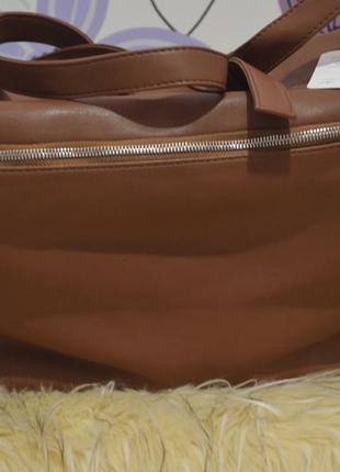 Вместительная сумка-шоппер с металлическими молниями от миззу.