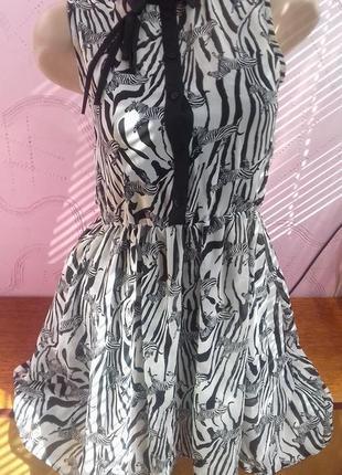 Красивое подростковое полосатое белое черное модное платье на девочку подростка р.с s