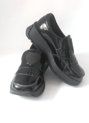 Лаковые закрытые туфли для девочки от бренда m&s, размеры 26 и 28