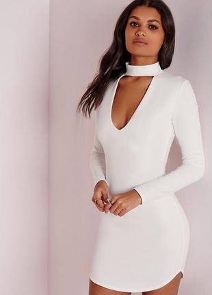 Базовое белое платье с чокером