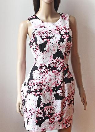 Платье lipsy оригинального кроя, плотная ткань держит форму,на подкладке