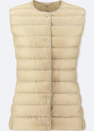 Бежевая жилетка  на пуху uniqlo (пакуется в мешочек)