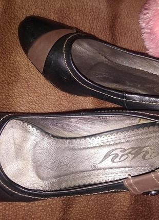 Женские закрытые чёрные туфли на невысоком каблуке