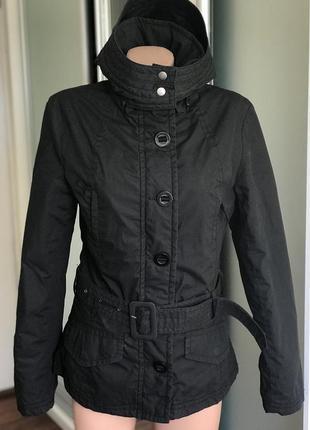 Демисезонная куртка на осень весну чёрная с капюшоном