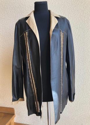Кожаная куртка от бренда escada, черно-бежевая в идеальном состоянии.