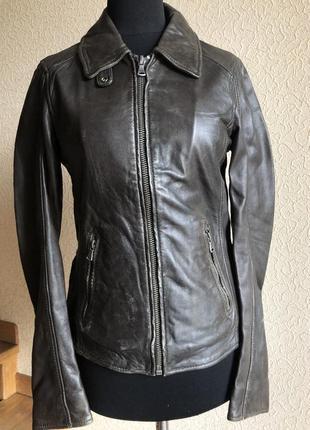 Кожаная куртка от бренда oakwood, черная в идеальном состоянии