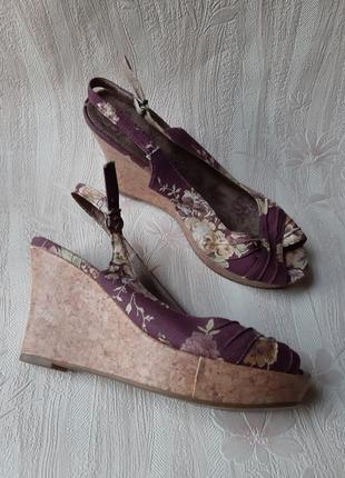 Фиолетовые босоножки в цветочки на танкетке