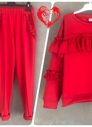 Красный костюм в стиле спортшик