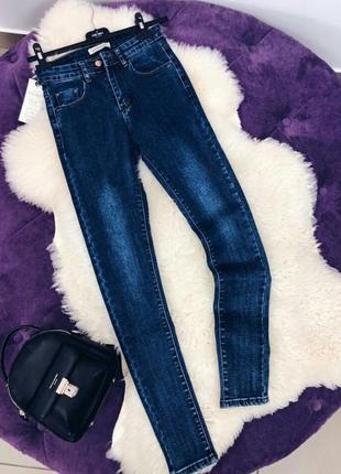 Стильные темно-синие  скини джинсы