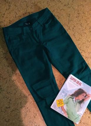 Коттоновые зелёные брюки джинсы colour of the world