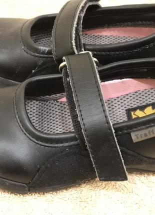Продам туфельки для девочки think!