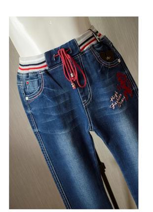 Cтильные джинсы на резинке c драконом