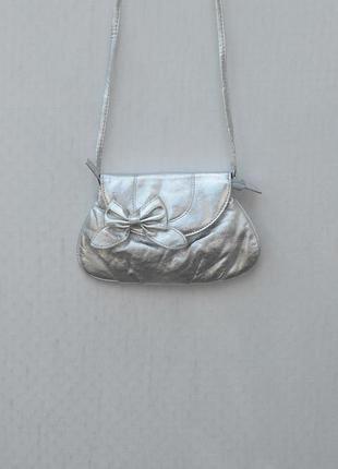 Серебристая сумочка-клатч