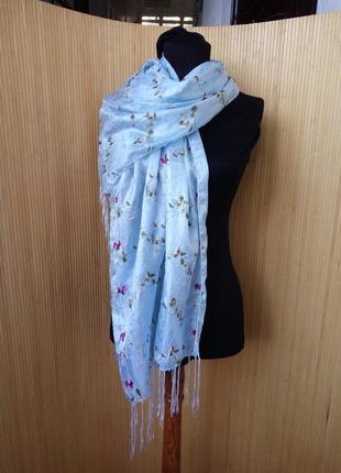 Нежно голубой шарф палантин с вышивкой