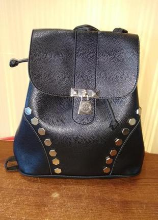 Черный рюкзак с заклёпками