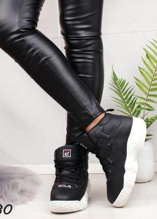 Модель бомба, высокие кроссы-ботинки на меху.