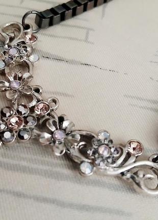 Лаконичное ожерелье в мелкие цветы в стиое casual