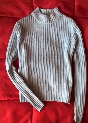 Качественный нежно голубой свитер в рубчик под горло