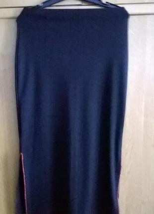 Длинная черная юбка с разрезами по бокам