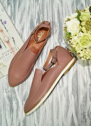 Красивые туфли с ремешками на низком ходу в пудровом оттенке