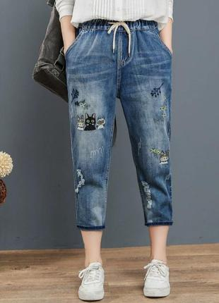 Укороченные джинсы джоггеры с вышивкой