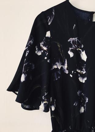 Женственный комбинезон в ирисах h&m черный комбез брюками с цветочным принтом ирисы5 фото