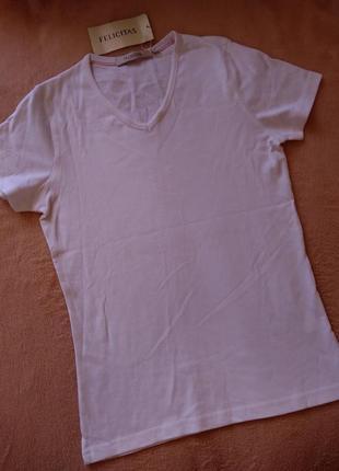 Белая футболка v вырез