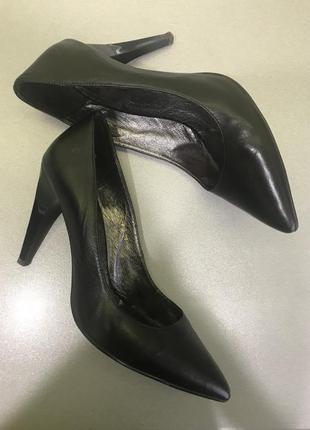 Классические офисные туфли лодочки с красивым каблуком