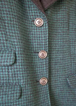 Стильный пиджак из плотной ткани в серо-бирюзовый принт