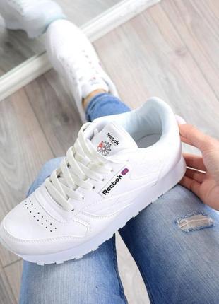 Белые стильные кроссовки из эко кожи