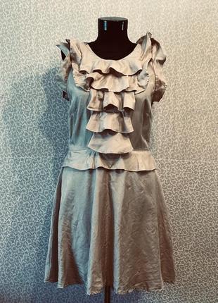 Нарядное шелковое платье цвета пудра с актуальными воланами